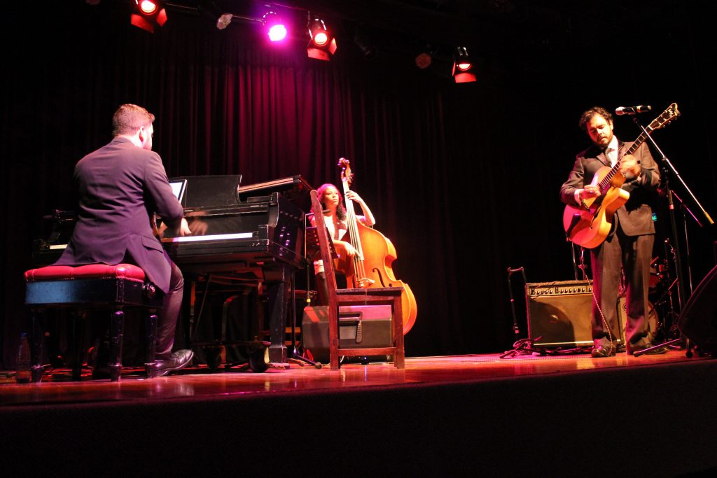 Ricardo Baldacci Trio no CCPA. Michel Santos (piano), Vanessa Ferreira (contrabaixo), Ricardo Baldacci (guitarra e voz).
